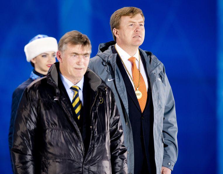Koning Willem-Alexander en Jan Dijkema, vice-voorzitter van de internationale schaatsbond tijdens de medailleceremonie voor Sven Kramer, Jan Blokhuijsen en Jorrit Bergsma Beeld ANP