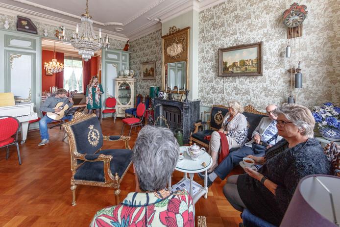 In villa d'Engelenburgh in Fijnaart zijn reghelmatig concerten, zoals hier met sopraan Simone Tousaint en klassiek gitarist Robin Ros.