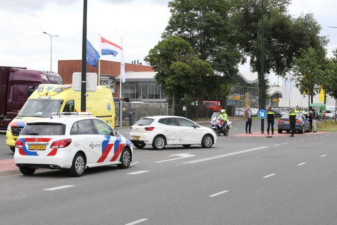 Twee auto's zijn in Apeldoorn op elkaar gebotst nadat één van de bestuurders een signaal heeft gemist dat er kon worden doorgereden.