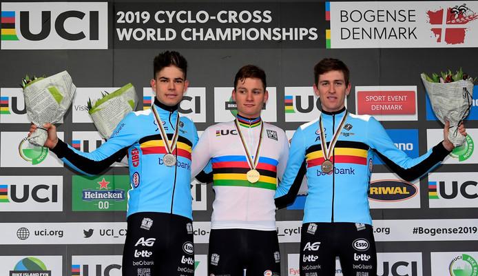 Mathieu van der Poel op het podium geflankeerd door de Belgen Wout van Aert (links) en Toon Aerts (rechts).