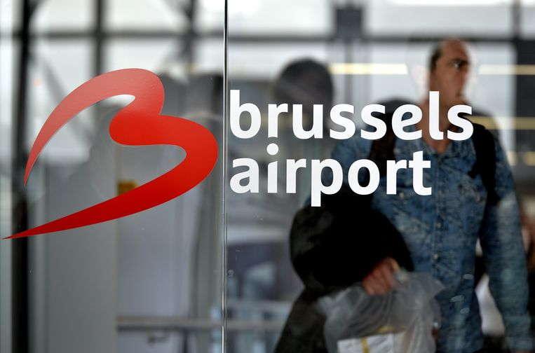 De luchthaven heeft drie aandeelhouders: de Australische financiële groep Macquarie, het pensioenfonds van het onderwijzend personeel van de Canadese provincie Ontario (OTPP, 39 procent) en de Belgische staat (25 procent + 1 aandeel). De Australische financiële groep Macquarie wil haar belang (36 procent) van de hand doen.
