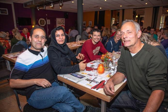 Hamid (links), gevlucht uit Iran, vindt contact maken met Nederlanders lastig.