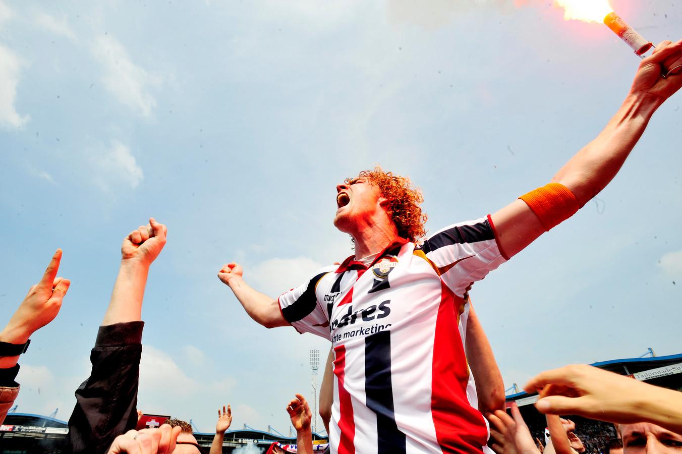Arjan Swinkels is dolblij nadat Willem II via de play-offs is gepromoveerd naar de eredivisie (2012).