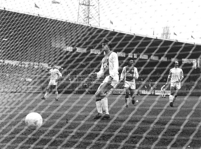 De penalty van Johan Cruijff tijdens Ajax - Helmond Sport, 1982. 'Wat doet Cruijff? Hij geeft de bal een tikje opzij. Dat vind ik het leuke: binnen de regels iets doen dat niet de bedoeling is.' Beeld ANP