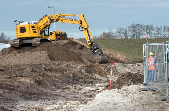 De geluidswal wordt weggegraven. Ook elders in Harderwijk is de Japanse duizendknoop aangetroffen. En verwijderd, volgens de gemeente.