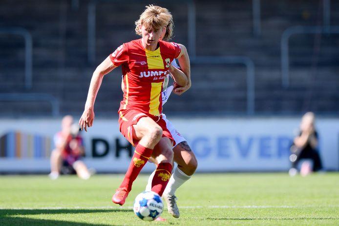 Maarten Pouwels namens Go Ahead Eagles in actie tegen Telstar.