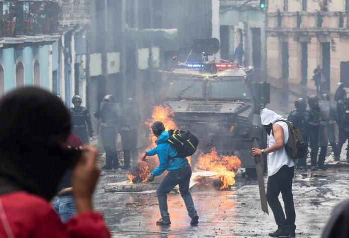 De Ecuadoraanse oproerpolitie zette pantservoertuigen in tegen de demonstranten.