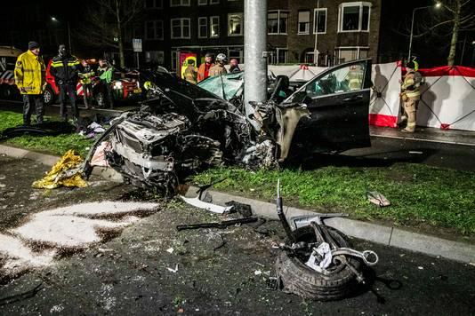 De auto na het ongeluk op de Johan de Wittlaan.