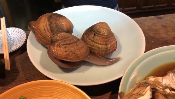 Japans restaurant serveert levende schelpdieren