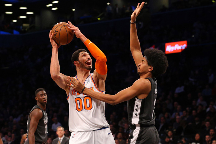 New York Knicks-center Enes Kanter (links) in actie tegen Brooklyn Nets'Jarrett Allen.