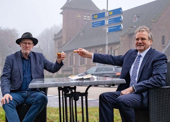 Wethouder Jelle Beintema (links) en zijn Raalter collega Wout Wagenmans eten beschuit met muisjes in Mariënheem, maar de eerste reacties in de gemeente Hellendoorn op de uitkomst van het bestuurlijk overleg over de N35 zijn zeker niet louter positief.