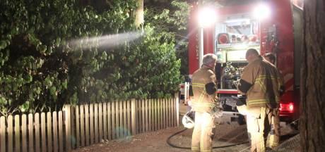 Buren schieten te hulp om brandend houthok in Holten te blussen