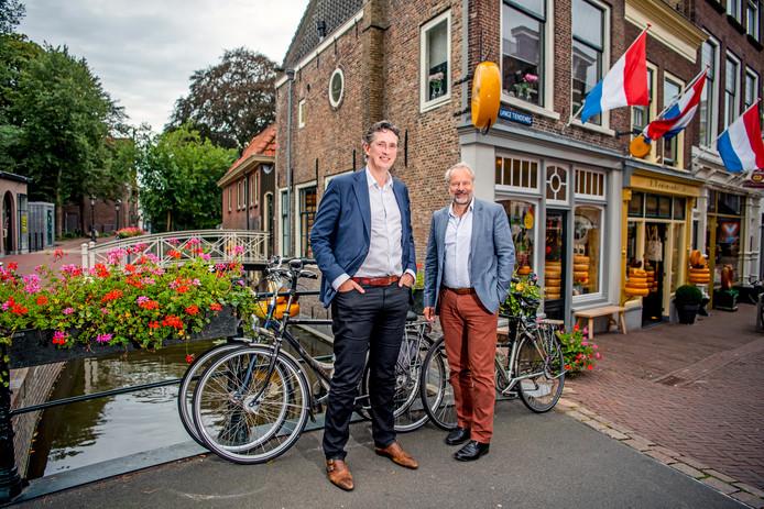 Peter Noordhoek (r), voorzitter van de Stichting Stadsdichter Gouda en stadsdichter Pieter Stroop van Renen merken dat poëzie populair is in Gouda: ,,Er is iedere twee weken wel iets met poëzie in de stad.''