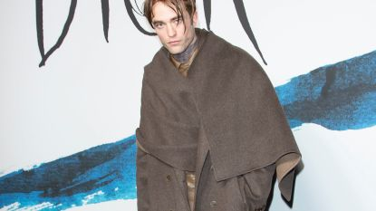 Acteur Robert Pattinson genadeloos uitgelachen op Paris Fashion Week