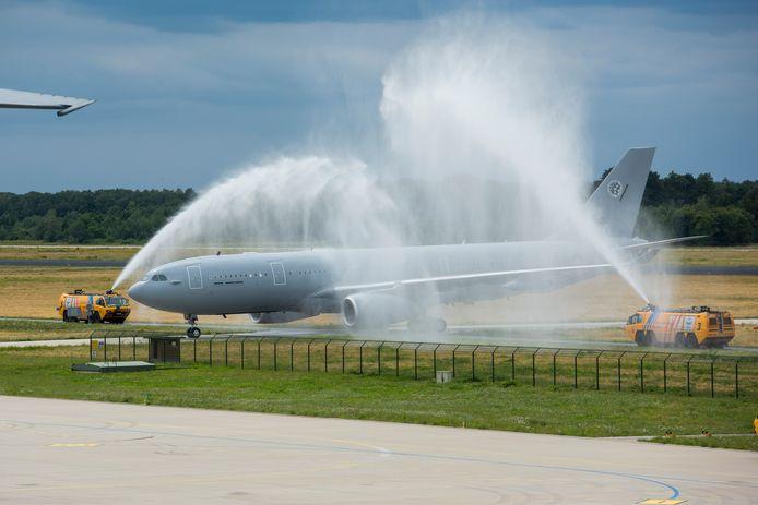 De aankomst van een van de nieuwe Airbussen van Defensie op de vliegbasis Eindhoven.