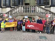 Verenigingen tegen armoede protesteren voor Stadhuis