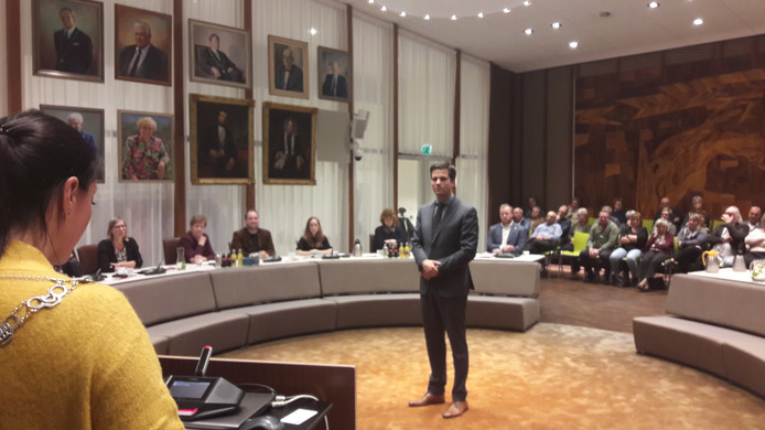 VVD'er Frank van Wel wordt door burgemeester Hanne van Aart geïnstalleerd als nieuwe wethouder van de gemeente Loon op Zand.