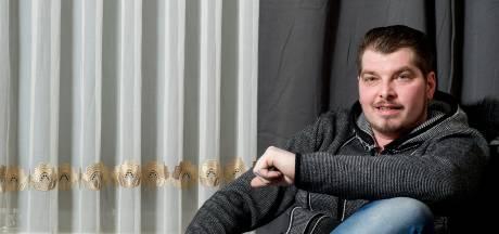 Volkszanger Wouter Roos uit Tiel moet door ziekte in het donker leven: 'Ik ben al bang om de voordeur open te doen'