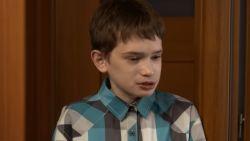 """Tomasz ziet er twaalf uit maar is 25: """"Ik haat het kind dat ik in de spiegel zie"""""""