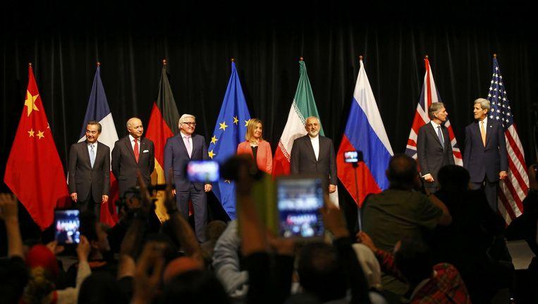 De onderhandelaars komen bijeen voor een officieel fotomoment in Wenen, waar het akkoord is beklonken. Beeld reuters