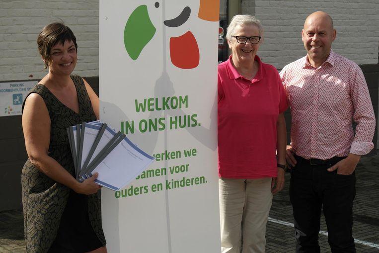Sandra De Roeck, Jeanine Bellens en Kurt De Loor met de brochure.
