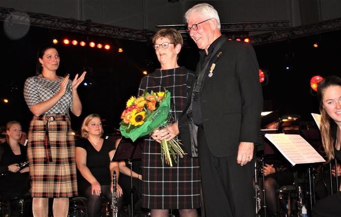 Burgemeester Hanne van Aart van Loon op Zand applaudisseert voor decorandus Maurice van Overbeek