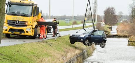 Auto rijdt water in, bestuurder naar ziekenhuis