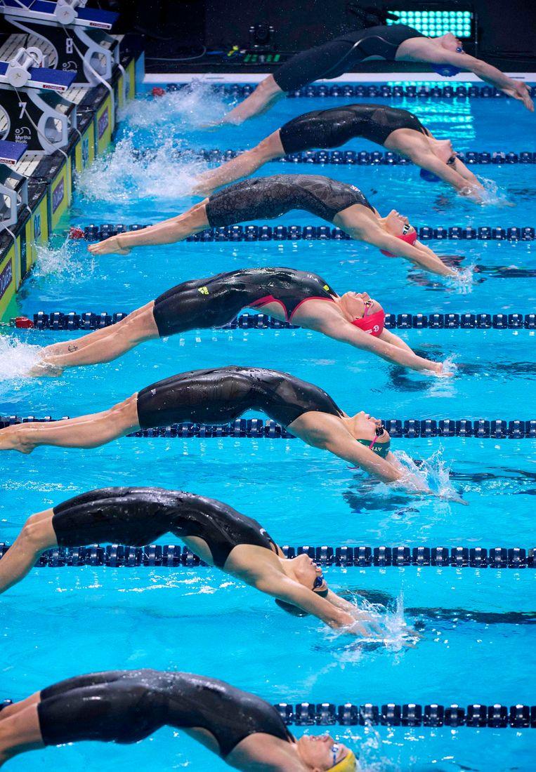 De start van de 100 meter rugslag voor vrouwen in Las Vegas. De zwemmers kwamen er volgens een nieuwe formule uit in internationale teams. Beeld AFP