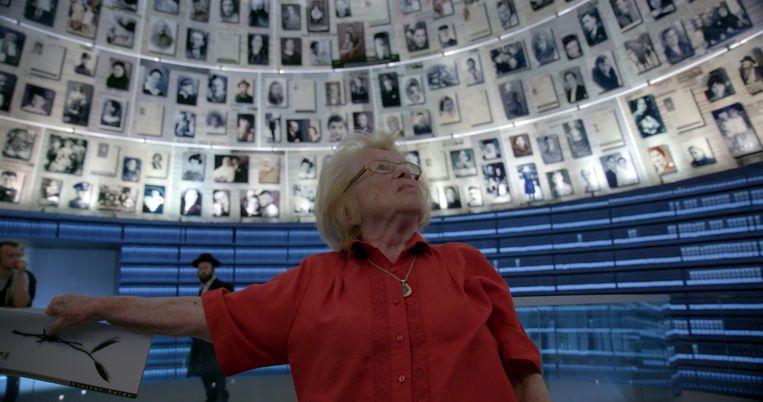 Ask Dr. Ruth vertelt het ongelofelijke levensverhaal van Dr. Ruth Westheimer (91), die als kind de Holocaust overleefde en de eerste en beroemdste sekstherapeut werd op de Amerikaanse televisie. Beeld