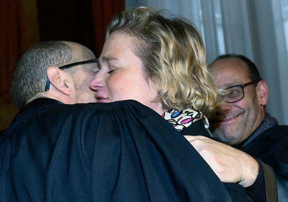 Delphine Boël is zichtbaar erg verheugd en vliegt een van haar advocaten in de armen.
