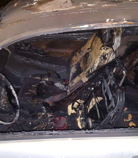 Vuurwerkbom vernielt auto Plejadenlaan Bergen op Zoom, bestuurder sleepwagen bekogeld