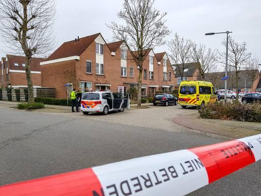 Hulpdiensten na het steekincident aan de Gemertstraat in Arnhem in februari.