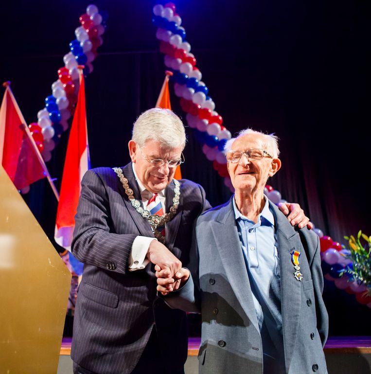 De Utrechtse burgemeester Jan van Zanen begeleidt Cees de Bruin terug naar zijn stoel. Beeld Maarten Hartman