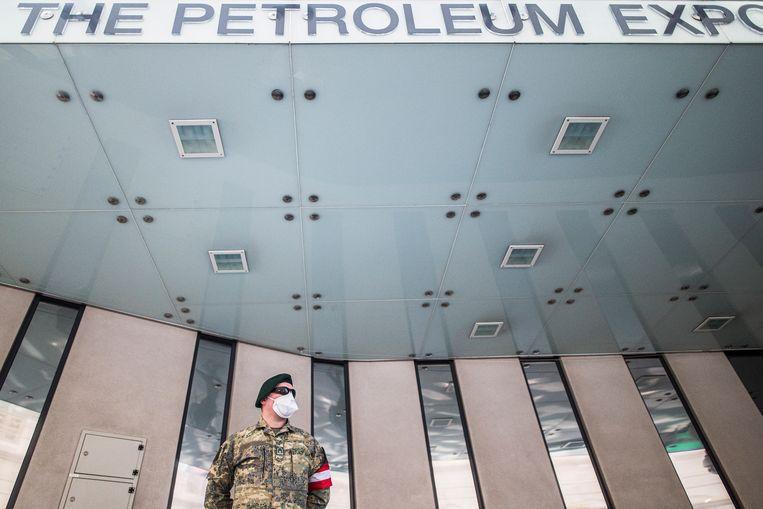 Een gemaskerde bewaker voor het kantoor van OPEC in Wenen.  Beeld EPA