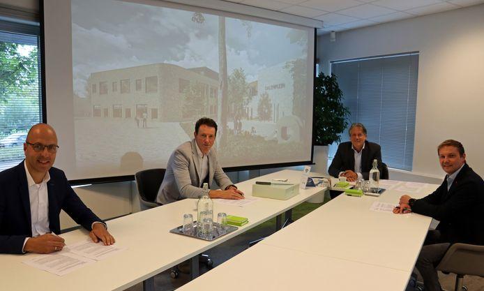 Wethouder Ro van Doesburg, aan het eind van de tafel, is bij de ondertekening van de samenwerking tussen de aannemers die brede school Dalemplein gaan bouwen.