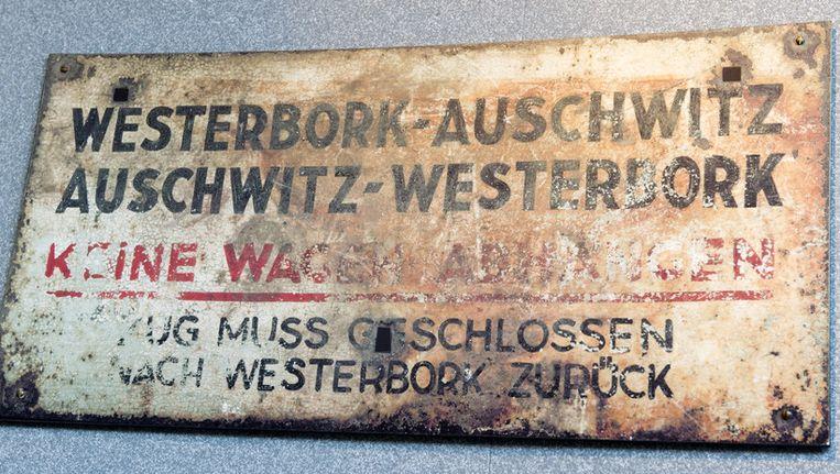Een treinbord Westerbork-Auswitz Auswitz-Westerbork van de tentoonstelling van het herinneringscentrum op het terrein van het voormalige Kamp Westerbork. Beeld anp