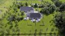 Het is goed toeven Op De Knolle, aldus de gasten. Boven op de foto de boerderij, daaronder de twee suites in het koetshuis.