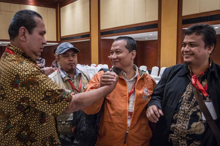 Denny Mahieu (links), die de aanslag op het Sarina-winkelcentrum in 2016 overleefde, groet ex-terrorist Tony Togar en twee andere veroordeelden van de aanslag op het Marriott Hotel. Beeld NurPhoto via Getty Images