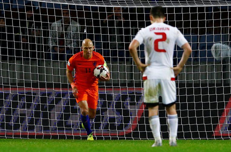 Robben wil vaart maken nadat hij een penalty heeft benut voor de 1-2.