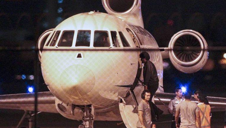 De Boliviaanse president Evo Morales gaat aan boord van het vliegtuig in het Braziliaanse Fortaleza. Beeld reuters