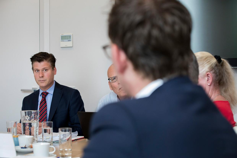 Wijkrechter Jerzy Luiten (links) tijdens de zitting op een Haags advocatenbureau.