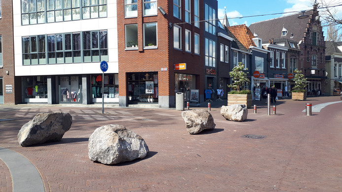 Vier grote stenen liggen sinds kort op de hoek van de Wagenstraat met de Rijnstraat.