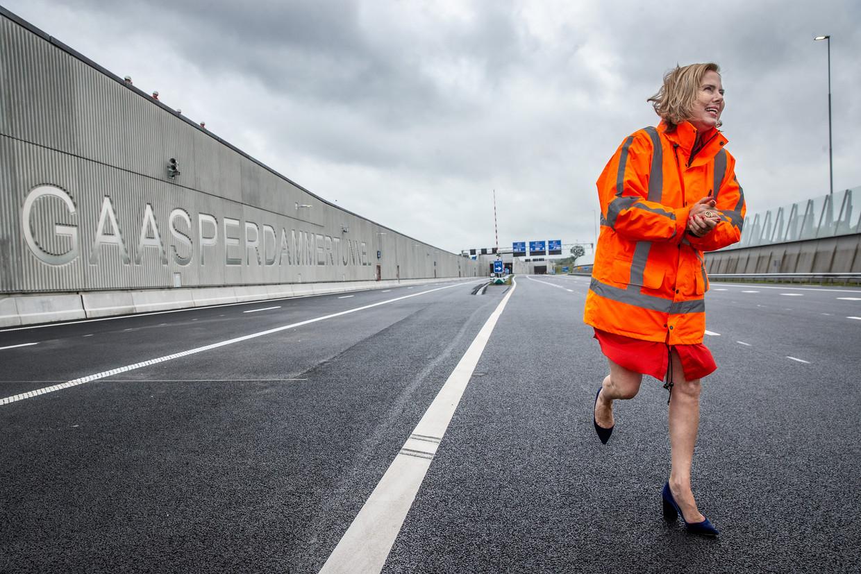 Verkeersminister Cora van Nieuwenhuizen offerde haar zondagochtend op om de Gaasperdammertunnel officieel te openen. Beeld Jean-Pierre Jans