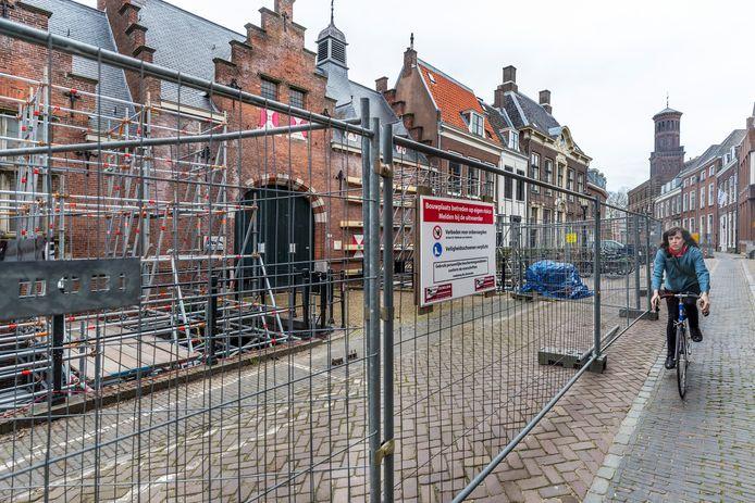 Tijdens werkzaamheden aan de kademuren bij de Kromme Nieuwegracht Utrecht is verzakking en instortingsgevaar ontstaan bij de tuinmuur en de poortwoningen bij de Paushuize.