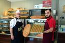 Vader Mehmet Ulgen (links) samen met zijn zoon Melik in hun bakkerij Harput in Bergen op Zoom.