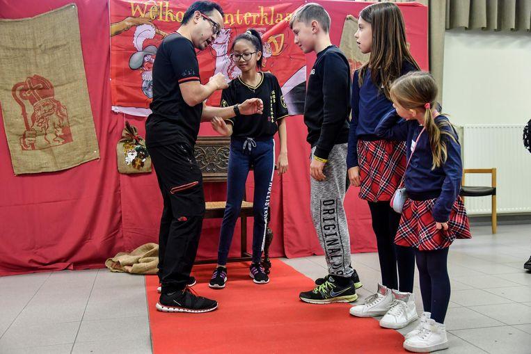 De Chinese gevechtsmeester leerde de kinderen enkele technieken aan.
