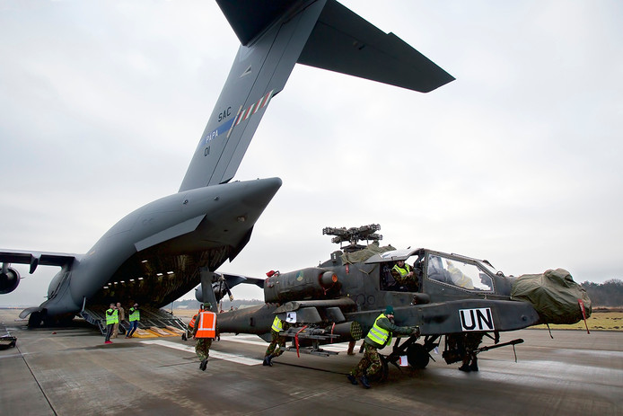 Op de baan van vliegbasis Gilze-Rijen staat een C17 Globemaster met daarin de twee laatste AH 64 D Apache gevechtshelicopters, net terug uit Mali. De helicopters werden woensdagochtend uitgeladen. Foto Johan Wouters