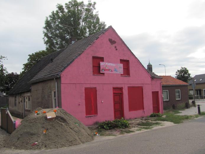 Mooi roze is niet lelijk: vrienden spuiten huis van pasgetrouwd stel