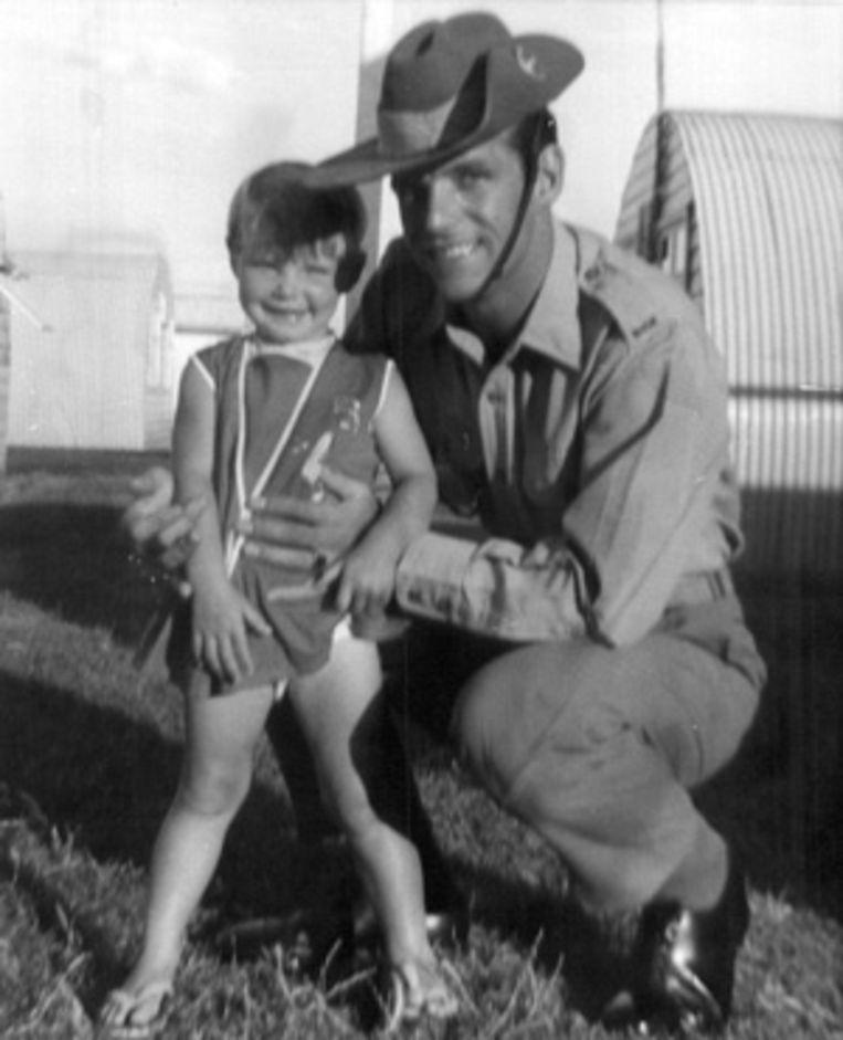 Cheryl Grimmer met haar vader, die voor het Australische leger werkte.