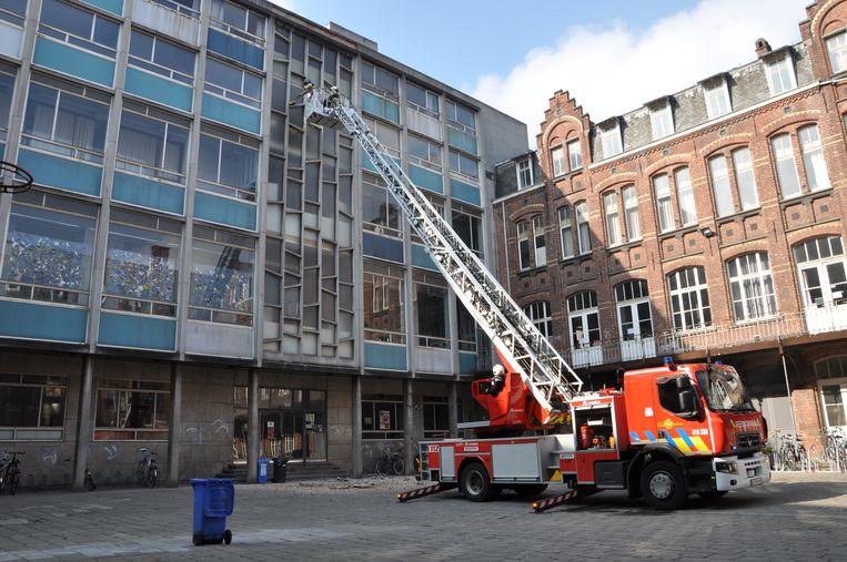 De brandweer controleert met een ladderwagen of de stukken beton nu stabiel zijn.